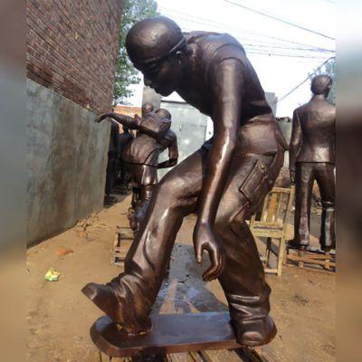 少年玩滑板雕塑,玻璃钢仿铜人物雕塑