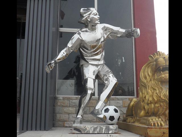 踢足球的女孩雕塑,不锈钢人物雕塑_wps图片