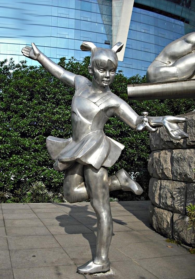 踢毽子的女孩雕塑,不锈钢人物雕塑_wps图片