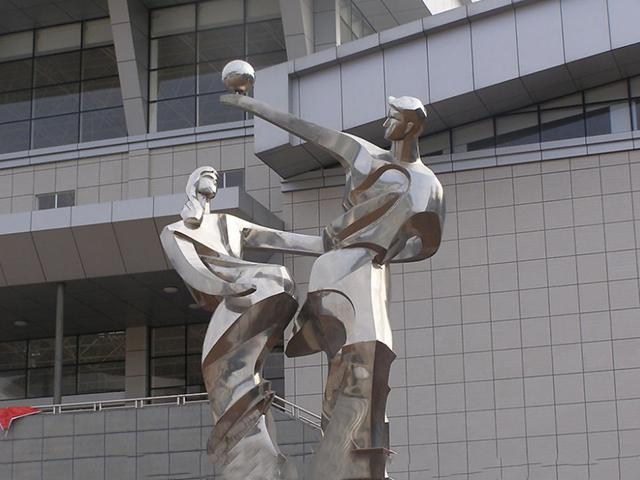 情侣打篮球雕塑 不锈钢抽象人物雕塑 小区景观雕塑_wps图片